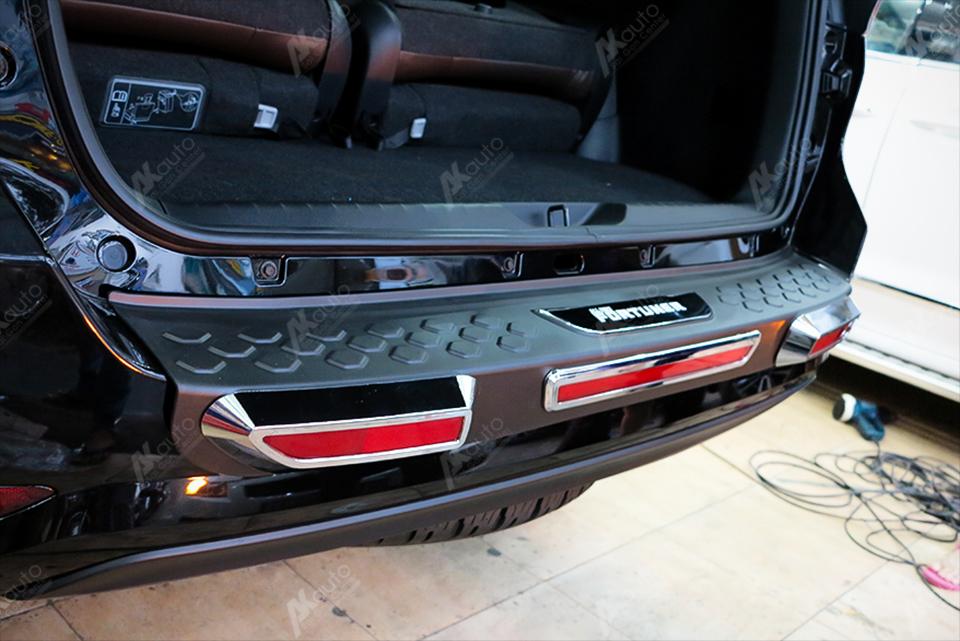 Nẹp chống trầy cốp sau xe Fortuner 2017