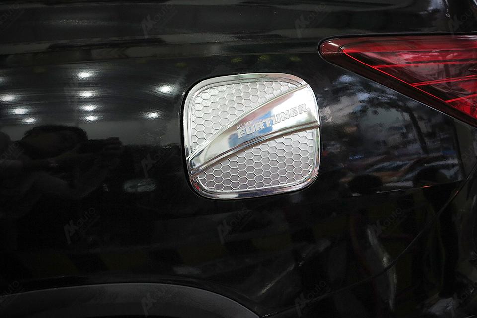 Ốp nắp xăng xe Fortuner 2017